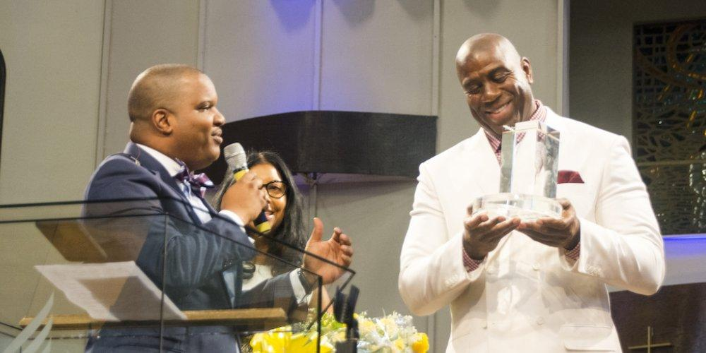 Magic Johnson recibe un premio entregado por Carlton Byrd, pastor principal en la Iglesia de la Universidad Oakwood (Foto: Oakwood University Church).